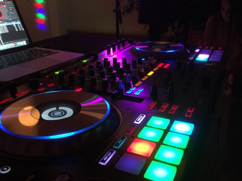 Bayan DJ Mehtap pioneer controller